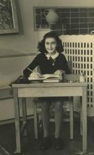 « AnneFrankSchoolPhoto » par Photographe inconnu; Collectie Anne Frank Stichting Amsterdam — Website Anne Frank Stichting, Amsterdam. Sous licence Domaine public via Wikimedia Commons - https://commons.wikimedia.org/wiki/File:AnneFrankSchoolPhoto.jpg#/med